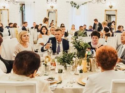 Goście przy stołach na weselu 1